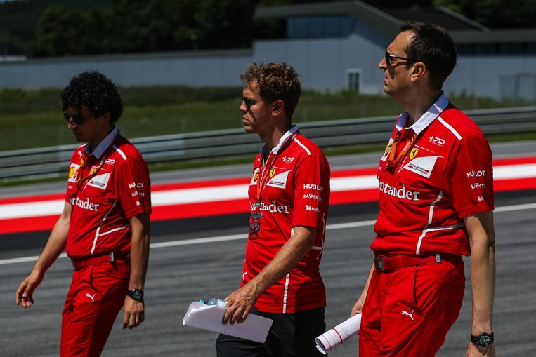 Vettel met Ferrari-ingenieur Adami in Spielberg. Beeld photo_news