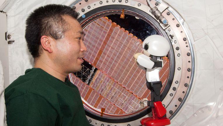 Robot Kirobo praat met de Japanse astronaut Koichi Wakata Beeld ap