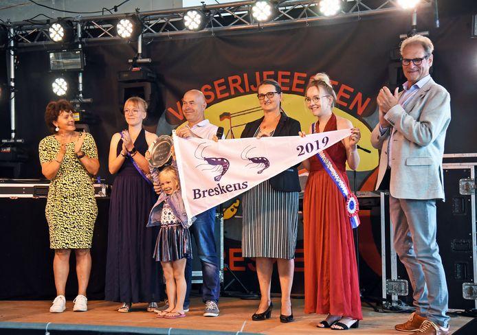 Uitreiking van de laatste wimpel voor beste garnalen in 2019 in Breskens aan de familie Van der Endt uit Yerseke, helemaal rechts voorzitter Jaap Hennekij van de Raad van Commissarissen van de Holding Zeeuwse Visveilingen.