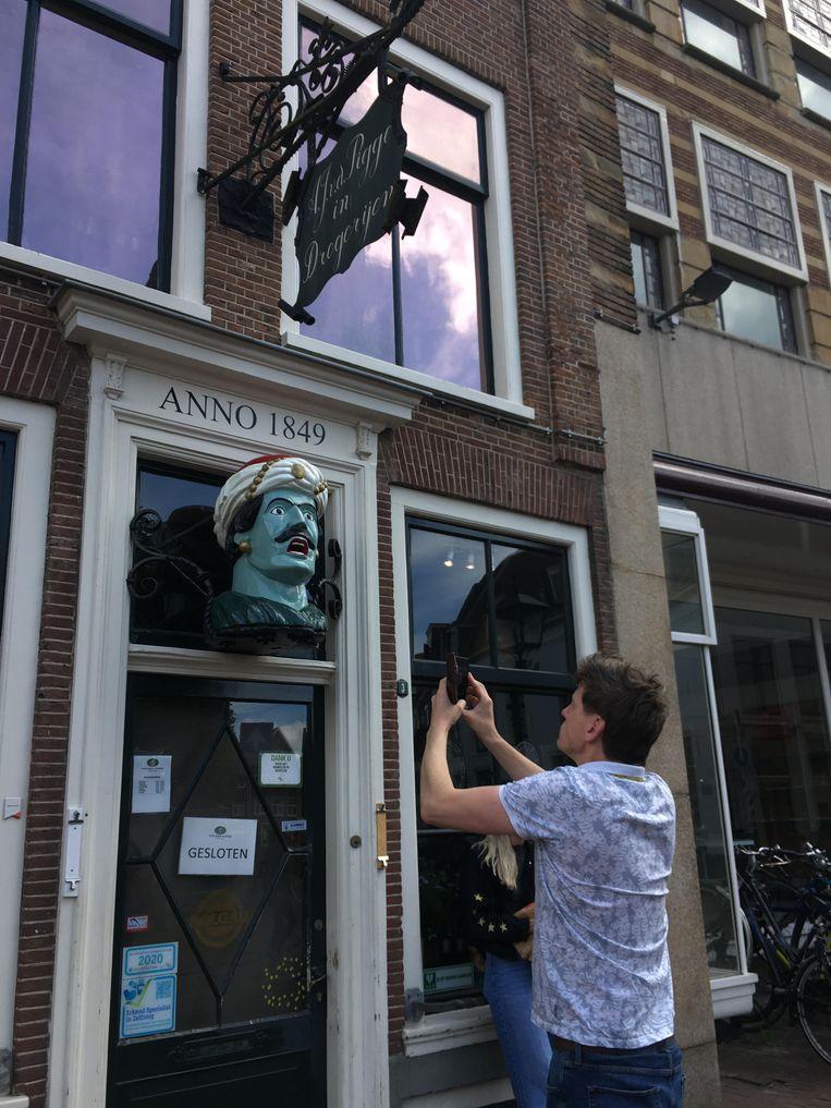 Wikipediaan Hanno Lans fotografeert een gaper bij drogisterij Van der Pigge in Haarlem voor Wikimedia Commons. Beeld Wikicommons