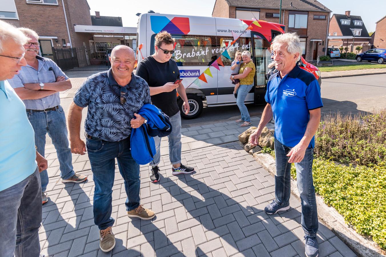 Henk van de Heijden (rechts) is al 40 jaar chauffeur op de buurtbus die zelf ook 40 jaar bestaat.