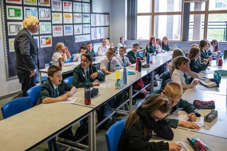 Premier Boris Johnson brengt een bezoek aan een school in het stadje Coalville. Beeld Getty Images