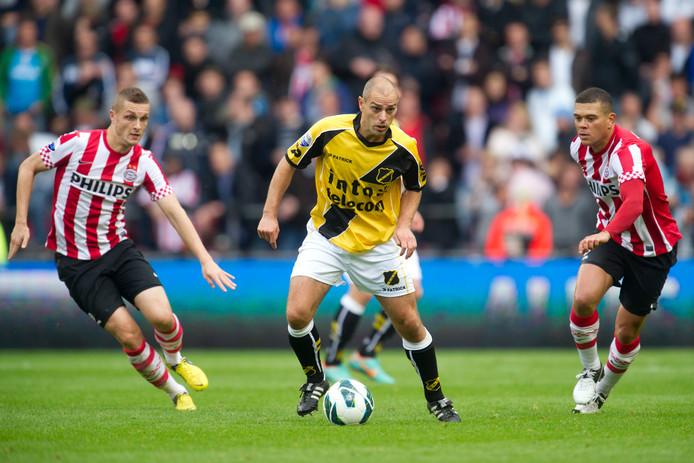 Anthony Lurling in 2012 in het shirt van NAC tegen PSV, met rechts Wilfred Bouma. Archieffoto