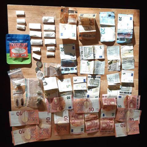 De politie vond soft- en harddrugs - en geld - in de auto.