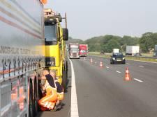 Vrachtwagen met klapband op A1 bij Enter; bakwagen botst tegen deel band