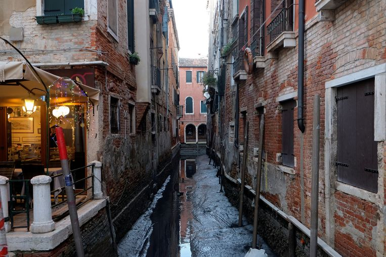 Veel kanalen in de dogenstad zijn drooggevallen en veranderd in een modderpoel Beeld REUTERS