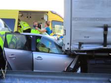 Auto met lachgas schiet onder vrachtwagen op knooppunt Hoevelaken: bestuurder gewond