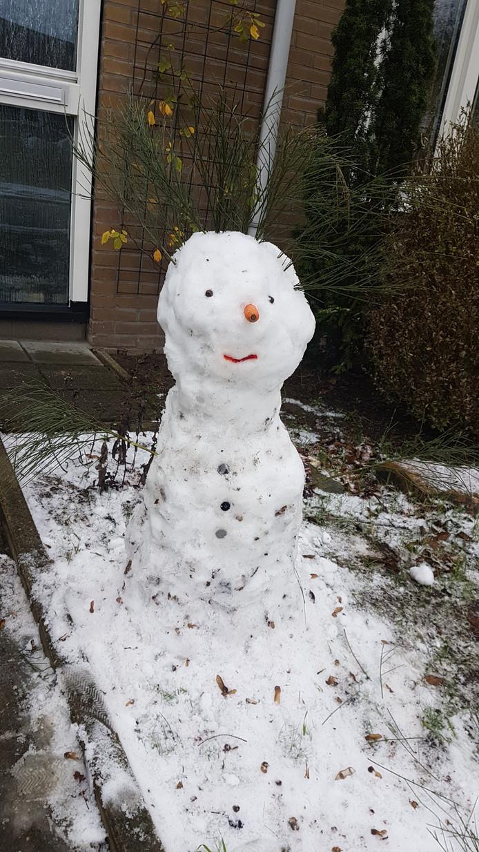 Sena (2) maakte een sneeuwpop in Arnhem.