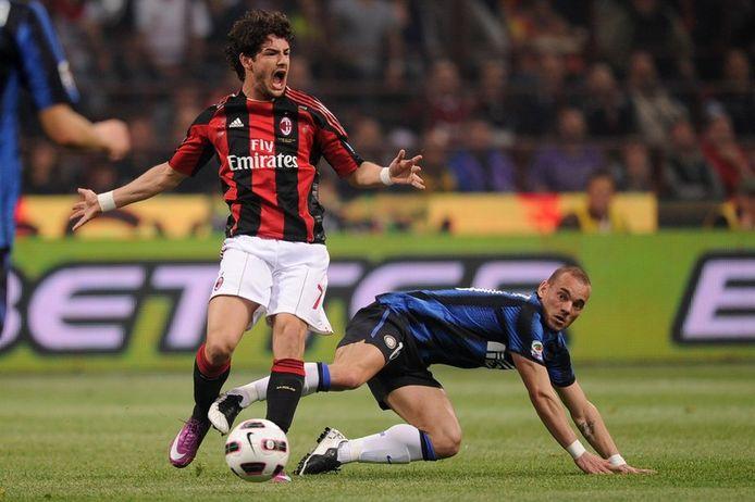 Alexandre Pato als speler van AC Milan in duel met Wesley Sneijder.