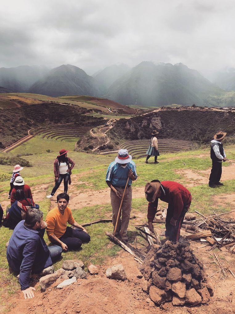 De bereiding van een huatia, een stoofgerecht, in Peru. Beeld Bas Zwartepoorte
