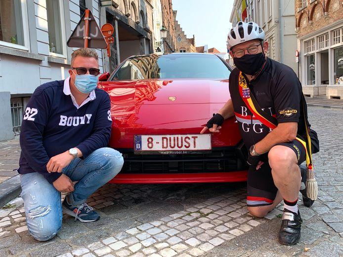 De fiere Bruggeling en burgemeester Dirk De fauw bij de nummerplaat 8-DUUST.