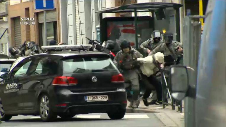De arrestatie van Salah Abdeslam op 18 maart 2016 in de Vierwindenstraat in Molenbeek. De terreurverdachte werd door speciale eenheden neergeschoten en afgevoerd.  Beeld VTM
