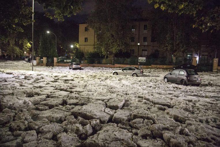 Een enorme hagelbui heeft in verschillende straten een dik pak ijs achtergelaten.