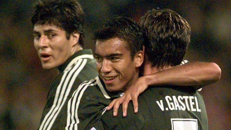 Giovanni van Bronckhorst en Jean-Paul van Gastel als spelers van Feyenoord in 1997. Op de achtergrond Julio Ricardo Cruz. Beeld