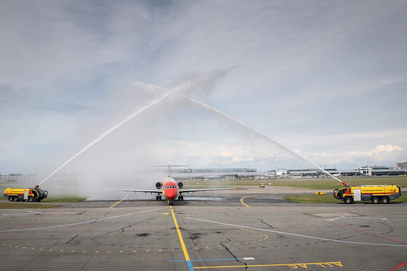 Het Deense team krijgt een hartelijk welkom op het vliegveld.