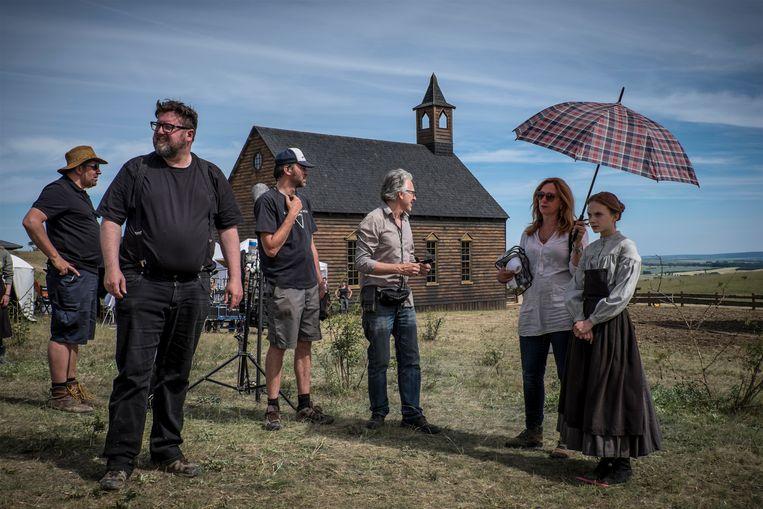 Martin Koolhoven (met lange zwarte broek) op de set van Brimstone. Beeld rv Paradiso Films