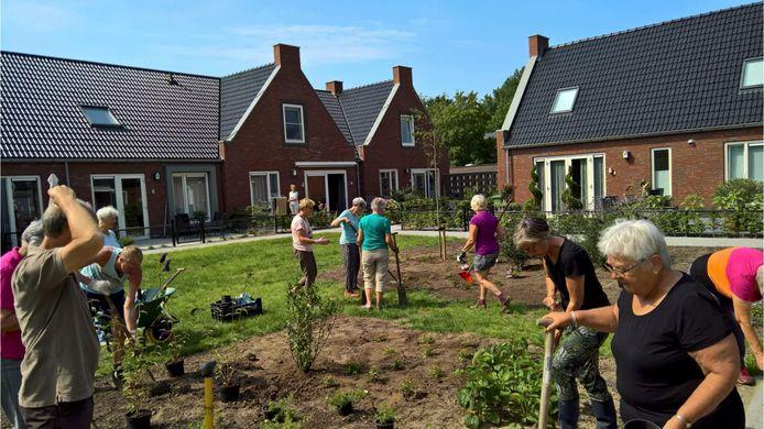 Bewoners van Knarrenhof de Aahof in Zwolle aan het werk in de gezamenlijke tuin.