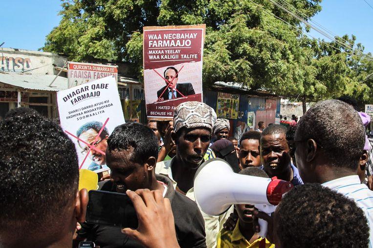 Inwoners van Somalië demonstreren tegen president Mohamed Abdullahi Mohamed in Mogadishu. Beeld AFP