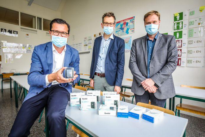 Schepen Jasper Pillen, SNT-directeur Anthony Strubbe en preventieadviseur Dimitry Herreman bij de voorstelling van de CO₂-meters.