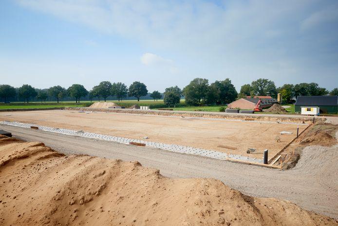 Op de Graspeel in Zeeland zijn ze begonnen met de bouw van de omstreden varkensstal van Jo Hermens. Fotograaf: Van Assendelft/Jeroen Appels