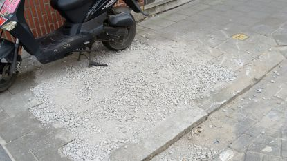 Bizar: aannemer gooit putten in voetpaden dicht met kiezels