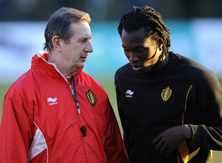 Februari 2011: de Belgische bondscoach Georges Leekens met de jonge Romelu Lukaku.  Beeld BELGA