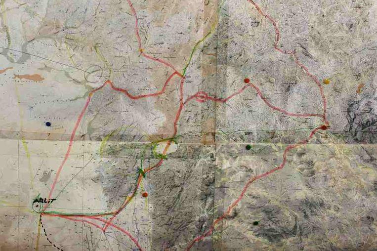 Een kaart van Arlit en omgeving.<br /><br />De stad Arlit in Niger is nog niet veel beter geworden van de lucratieve mijnenindustrie daar. Arlit werd in 1969 opgericht na de vondst van uranium, waarna Frankrijk er de mijnenindustrie ontwikkelde. Nu zijn er twee grote uraniummijnen, in Arlit - waar inmiddels zo'n 117.000 mensen wonen - en in het nabijgelegen Akouta.<br /><br />Maar de inwoners van Arlit zelf zijn daar niet veel rijker van geworden. Hun stad, gelegen tussen het Aïr-gebergte en de Sahara, is stoffig en verwaarloosd. Bovendien zijn er, volgens een rapport van Greenpeace, nog steeds te hoge radioactieve stralingen nabij de Nigeriaanse mijnen. Beeld reuters