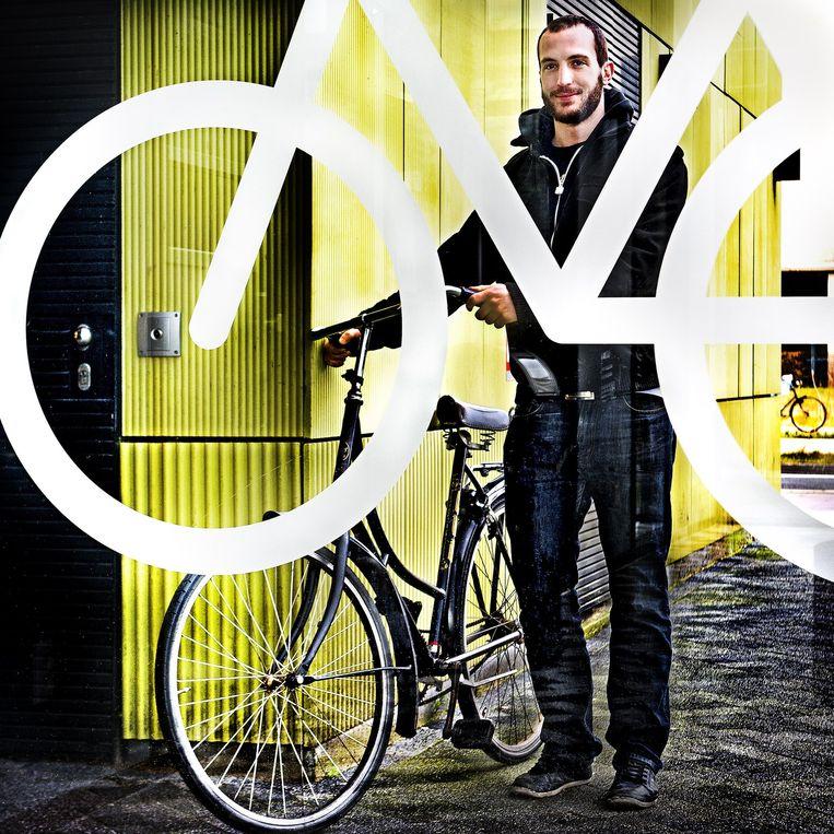 Simon Widler met een fiets die voor 5,00 per dag wordt verhuurd via Cycleswap Beeld Klaas Jan van der Weij