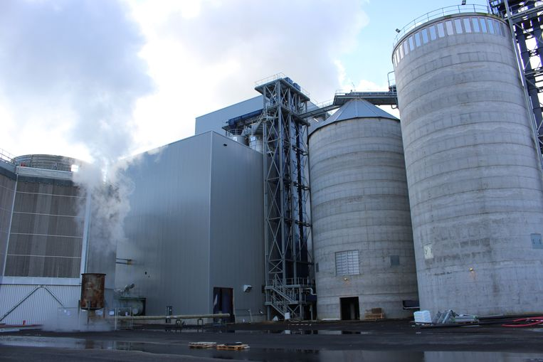 Rechts zie je de silo's waar het houtafval wordt opgeslagen. Het hoekig bouwwerk links is de boiler.