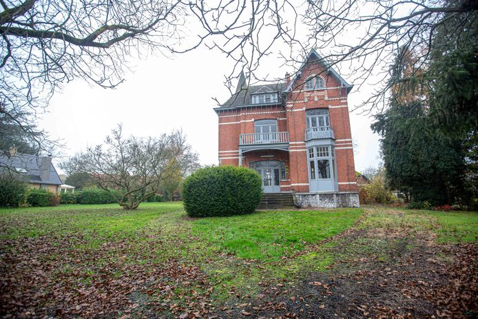 Historische cottagewoning 'Huis Langhendries' langs de Frans Devoghellaan. De boom naast de woning zal verplaatst worden.