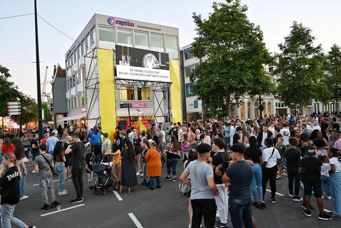 Honderden mensen staan rond 22 uur te wachten aan de Spoorlaan, beveiligers roepen mensen op om naar huis te gaan. Er is dan besloten dat het kermisterrein niet meer open gaat.