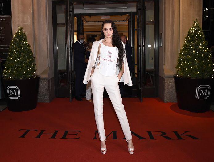 Model Cara Delevingne, volledig gekleed in Dior Haute Couture, maakt een echt statement met haar outfit op het Met Gala.