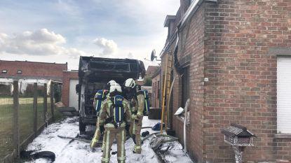Mobilhome gaat volledig in vlammen op en beschadigt aanpalende woning