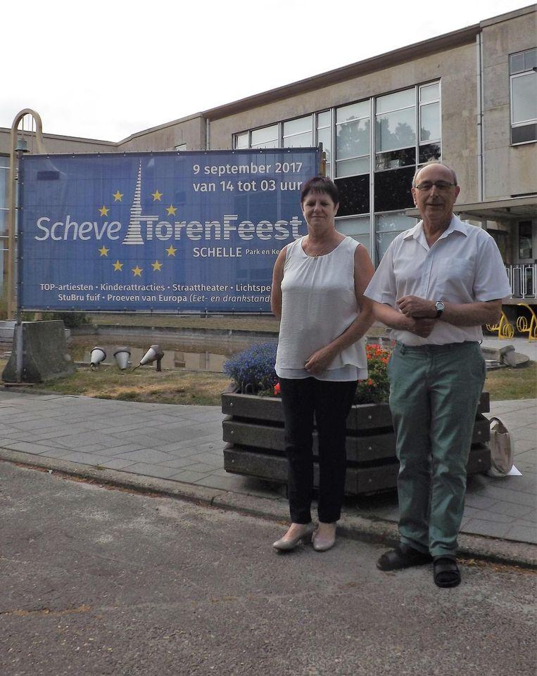 Regisseur Raymond Claes en adjunct-regisseur Marina Van Kerckhoven bij de banner in de buurt van het gemeentehuis.