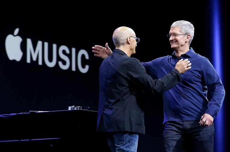 Apple CEO Tim Cook (rechts) en Jimmy Lovine tijdens de lancering van Apple Music in 2015.  Beeld AP