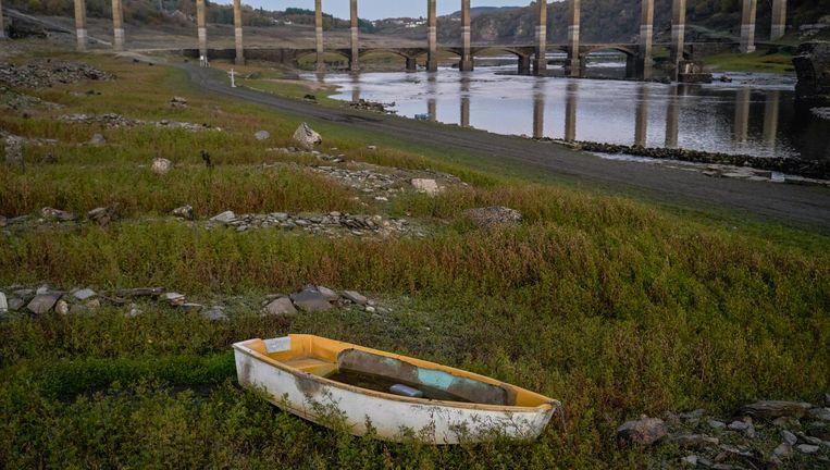 Een bootje is drooggevallen bij Portomarín in Noord-Spanje. Beeld Samuel Aranda