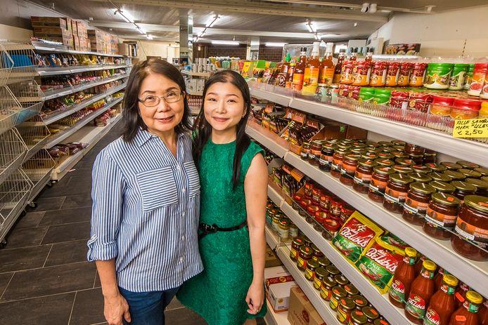 Moeder Lizzy Gabriel en dochter Erlin in hun winkel. Ze zijn verhuisd naar het leegstaande pand van Heng Kee aan de Drienerstraat.