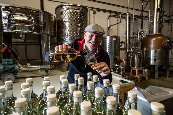 Heel licht gekleurde jonge jenever moet nog geëtiketteerd worden. Gerijpte gin heeft een mooie kleur: Erik Molenaar leeft zich uit als stoker van mooie distillaten in Deventer.