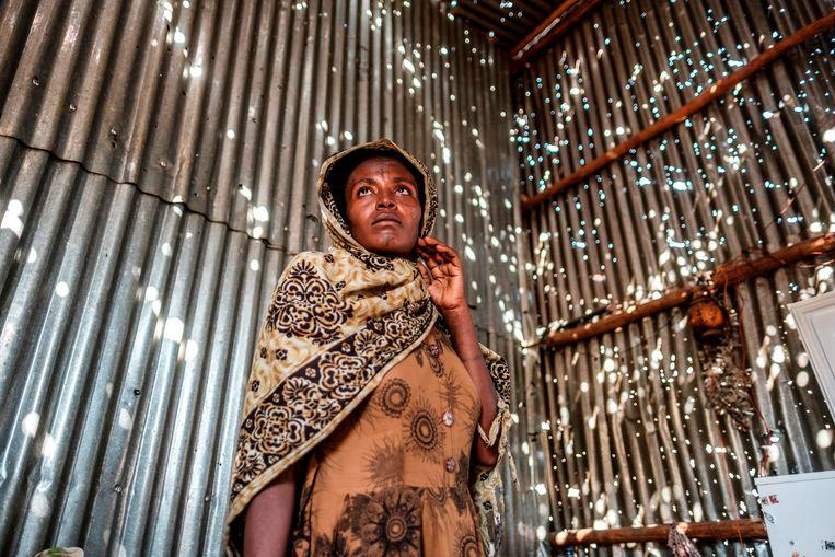 Een vrouw in haar door kogels doorboorde hut in Humera. Beeld Eduardo Soteras Jalil/ AFP