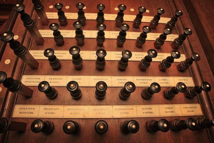 Enkele van de honderden knoppen van het Schnittgerorgel. Ook deze behoeven dringend restauratie.foto's Yvonne Pieters