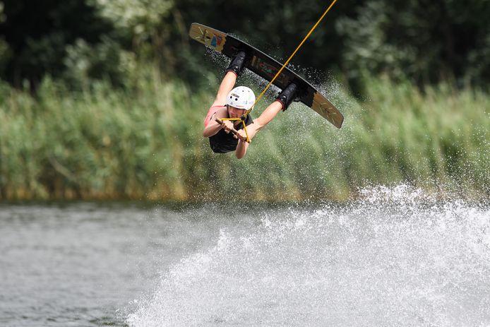 Enschede - De pas 14-jarige Lucas ter Weele is voor de vierde keer Nederlands Kampioen wakeboarden onder de 18 jaar geworden.