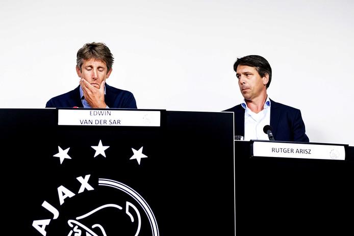 Algemeen directeur Edwin van der Sar is duidelijk geëmotioneerd tijdens de persconferentie.