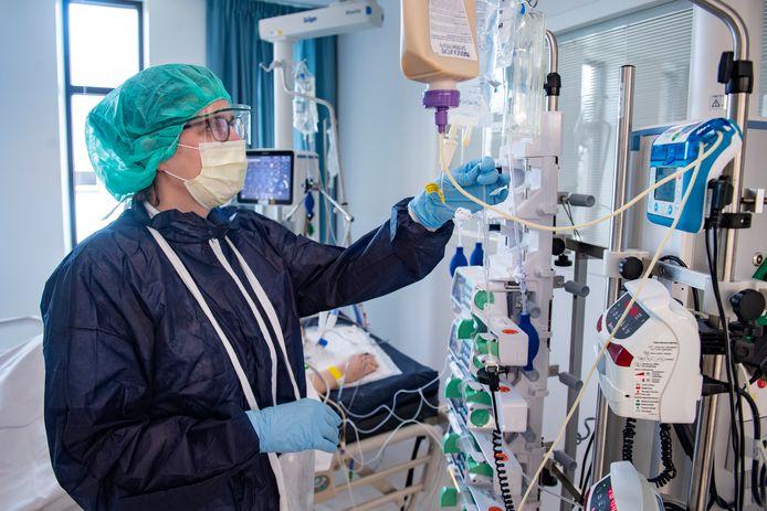 Na de relatief rustige coronazomer voor het Amphia, dreigt nu weer alle hens aan dek. Door het toenemende aantal opnames heeft het ziekenhuis in Breda de eerste corona-afdeling weer geopend.