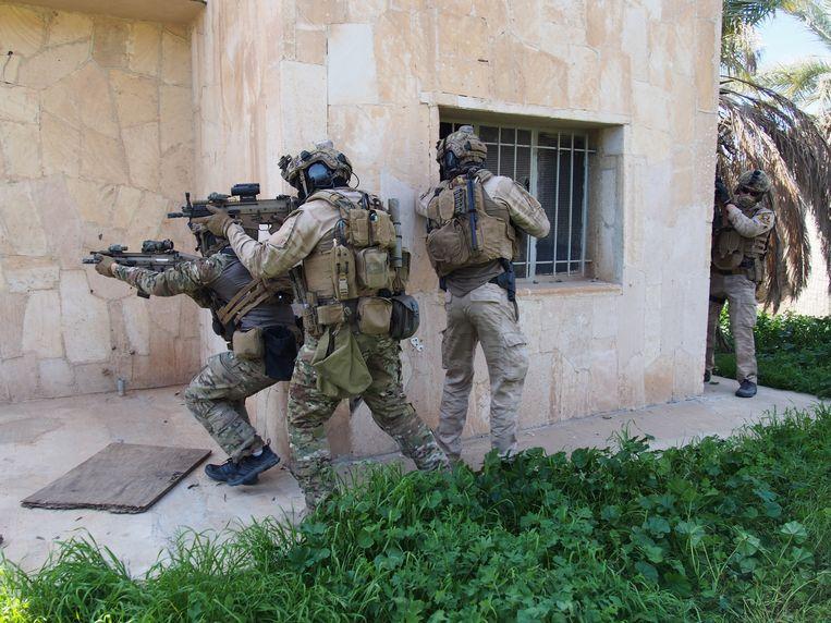De elitemilitairen van België, beter bekend als de Special Forces Group, tonen hoe ze een inval voorbereiden.  Beeld RV
