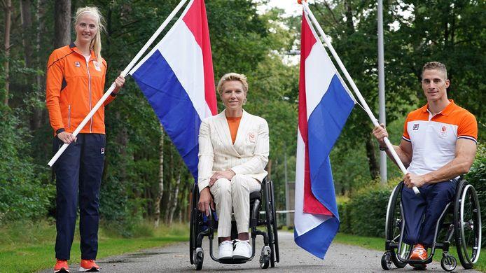 Fleur Jong en Jetze Plat dragen op de openingsceremonie van de Paralympische Spelen de Nederlandse vlag. In het midden chef de mission Esther Vergeer.