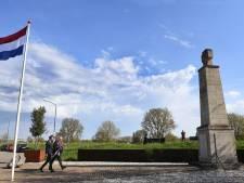 Kransen gelegd bij monument in Katwijk, weer zonder publiek