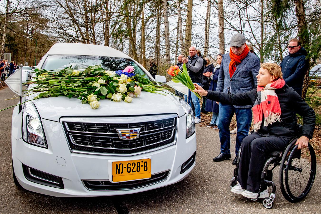 Esther Vergeer en Maurits Hendriks leggen tulpen.
