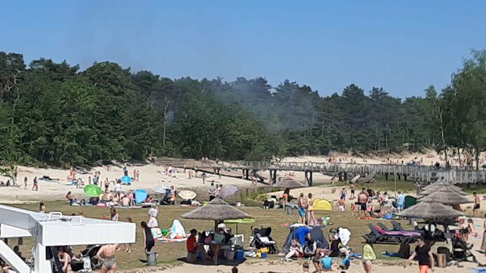 Bij de Bergse Heide woedt zondagmiddag een natuurbrand.