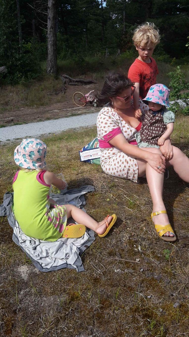 Pieternel Wierenga met haar drie kinderen (Harm, Willemien en Toos) op Vlieland.  Beeld Pieternel Wierenga