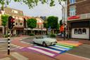 Het onlangs geopende regenboogzebrapad in Zeist. Overal in Nederland duiken dergelijke initiatieven op.